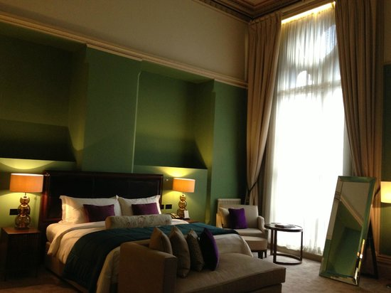 St. Pancras Renaissance Hotel London: Bed and windows