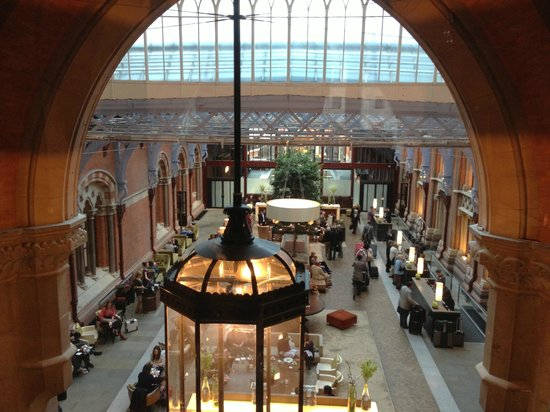 St. Pancras Renaissance London Hotel: View onto lobby area
