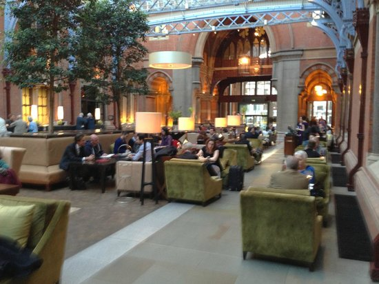 St. Pancras Renaissance London Hotel: Lobby and tea room