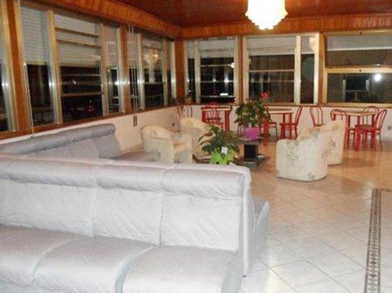 Accomodatevi nell'accogliente sala soggiorno dell'Hotel Vittoria e gustatevi un buon aperitivo