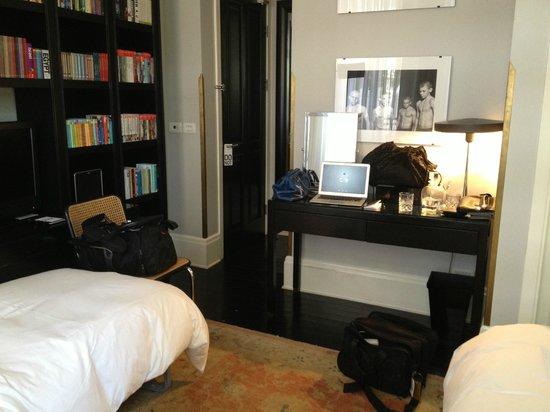 Hotel Montefiore: Little desk/makeup table & front door