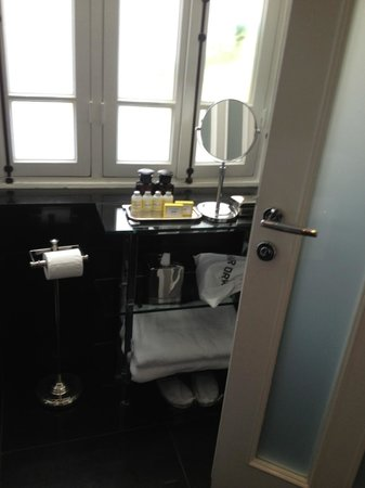 Hotel Montefiore: Bathroom is light-filled