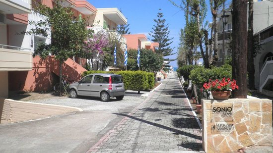 Sonio Beach Apartments : The road to freedom.