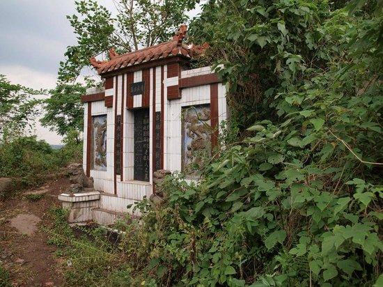 Yankou Ancient Town: tomb