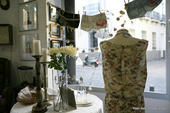 Wabi Sabi Shop & Gallery: Vista interior escaparate principal Wabi Sabi Shop&Gallery