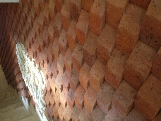 Dara Ayu Villas & Spa: Textural wall going into the dining room, one of many little touches to the place