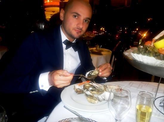 Charlot Roi des Coquillages: Gustando le ostriche...