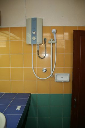 Nakorn Ping Hotel : Shower next to toilet