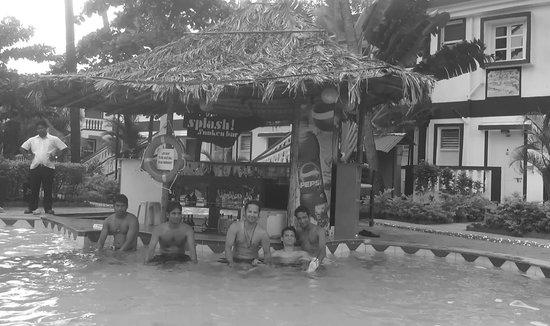 Santana Beach Resort: Pool Side Bar