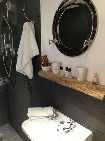 27 Brighton Bed & Breakfast: Stylish bathroom
