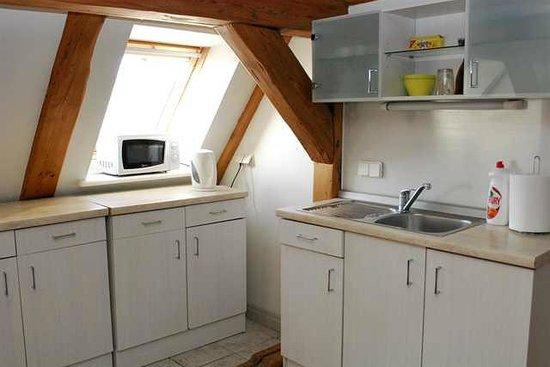 Doma Hostel: Kitchen