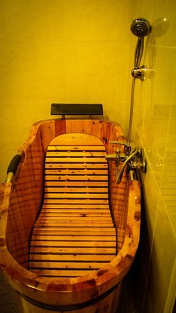 Mekong Riverview Hotel: Wooden Bathtub