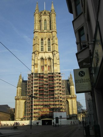 Ibis Gent Centrum St-Baafs Kathedraal: St-Baafs Kathedral right opposite the hotel
