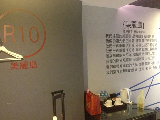 R8 Eco Hotel : Photo of the walls of the room (I stayed in R10)