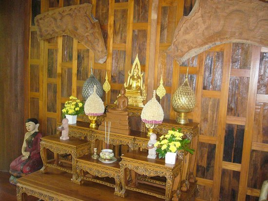 Santhiya Koh Phangan Resort & Spa: the entrance of the hotell, all in Wood!