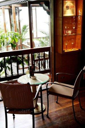 Mom Tri's Kitchen at Villa Royale : The Sea Shell Bar and Veranda Lounge