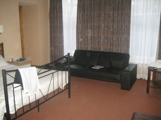 Argyll Hotel : Room 33 showing settee, bathroom to the left
