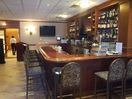 Clarion Hotel & Conference Center Toms River: The bar is pretty full in the evening