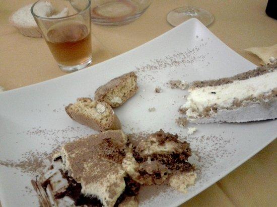 Trattoria La Loggia: Cantucci e vinsanto, tiramisù, torta ricotta e pere.