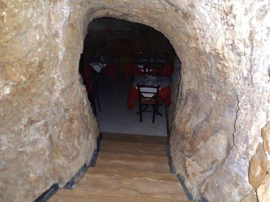 Ristorante La Grotta: scala che porta in un altra sala