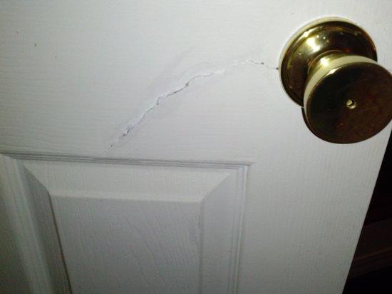 London Bridge Resort : Door Crack in front of master bedroom door