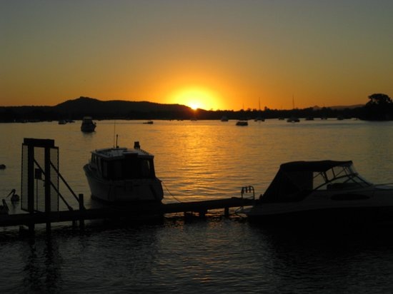 Twin Quays Noosa : Sunset on the Noosa River, just a short stroll from Twin Quays