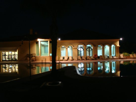 Hotel Almenara Resort: Pool area by night