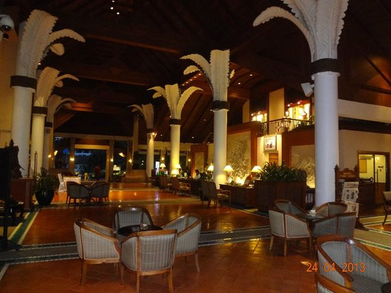 Novotel Phuket Resort: Entrance at night