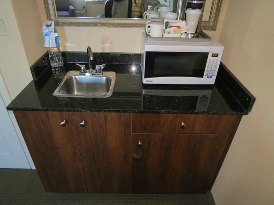 Radisson Suite Hotel Toronto Airport: Wet Bar and Microwave