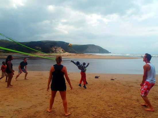 Coffee Shack Backpackers: beach day - playing volleyball with local kids