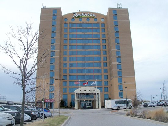 Radisson Suite Hotel Toronto Airport: Hotel and Bus