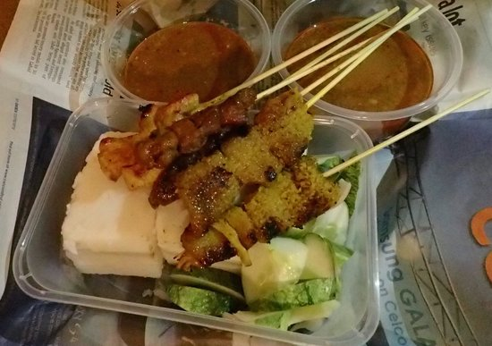 Satay Zul : chicken and tripe satay with two sets of compressed rice