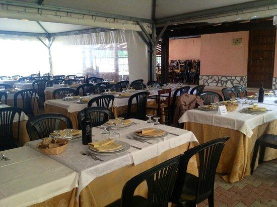 Casale Pepe: i tavoli della zona esterna