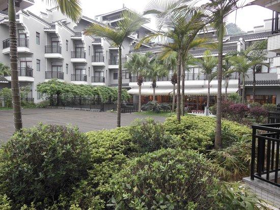 يانجشو جرينلوتوس هوتل: Green Lotus Hotel omgivet av växtlighet