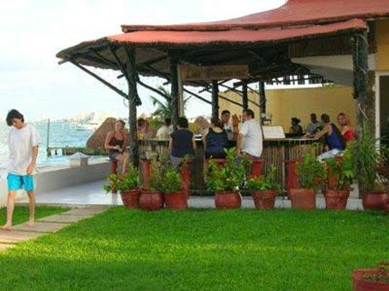 Las Perlas Condos: Bar by the pool Imperial las Perlas cancun