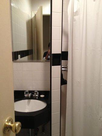 St. Marks Hotel: bathroom