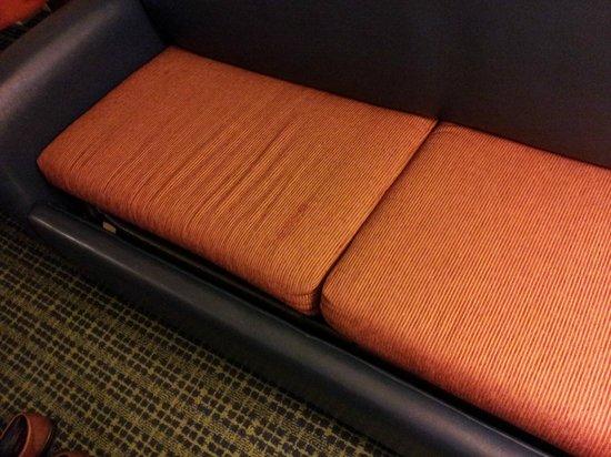 Hilton Atlanta Perimeter Suites: Odd, uncomfortable sofa