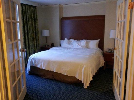 Hilton Atlanta Perimeter Suites: Bed is consistently comfortable