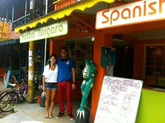 Tungara Hostel: En frente del hostal Tungara con recepcionista Rawry!
