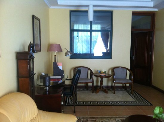 East African All Suite Hotel & Conference Centre: Reading Desk