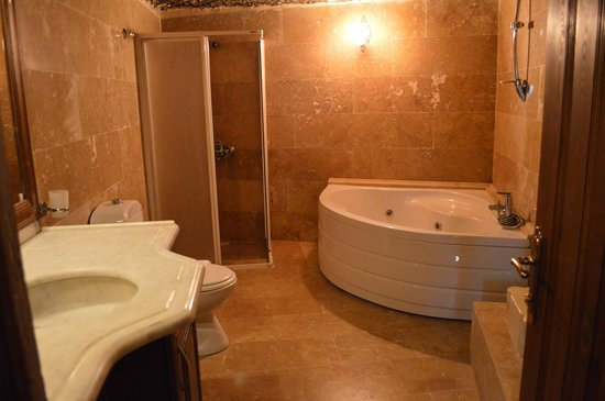Holiday  Cave Hotel: Bathroom with Jacuzzi