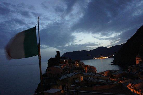 Elisabetta Carro : panorama dalla terrazza in notturno