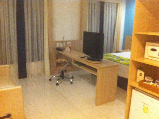 Quality Hotel Manaus: Mesa de trabalho no apartamento