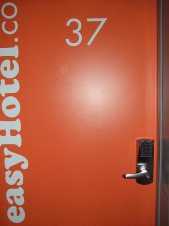 easyHotel Zurich : Door from the corridor