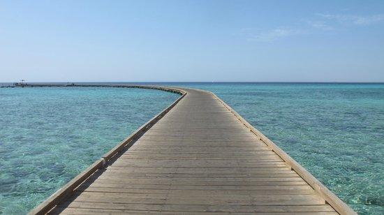 Sheraton Soma Bay Resort: pontile che scavalca la barriera corallina