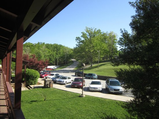 Carter Caves State Resort: Looking out the door into the parking lot towards the golf course