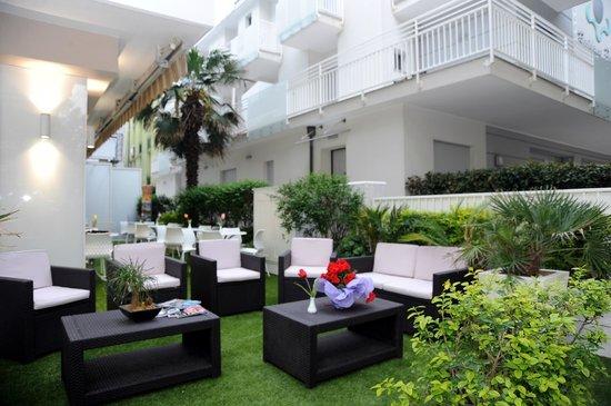Hotel Astra : Giardino esterno