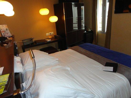 Artus Hotel by MH: Cama e janela