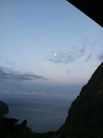 Ladera Resort : Moonlight at 5 am from the bedroom