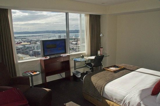 Rydges Auckland: Views of our SECOND room (why do they put the TV in front of the window?)